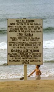 Apartheidi aegne tahvel Durbani linnas LAVis, mis teatab, et randa võivad kasutada üksnes valgesse rassigruppi kuulujad (Allikas: Guinnog / WIkimedia Commons)