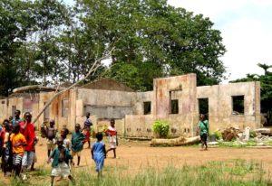 Sierra Leone kodusõjas hävinud koolihoone (Allikas: Laura Lartigue / Wikimedia Commons)
